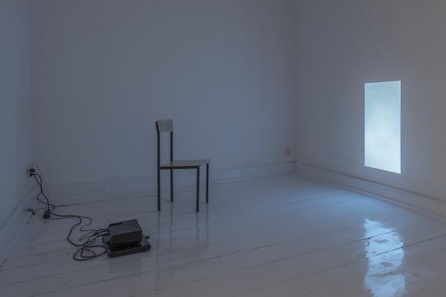 14. Ciepło, 2015, wideo loop,krzesło, kabel grzewczy_fot_tytus szabelski