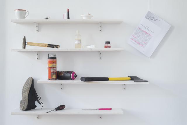 Narzędzia, 2016, przedmioty siekiera, atrament, nożyczki do paznokci, kwas siarkowy, szminka, jajko, sprej, nóż, śrubokręt, klucze, but, młotek. Fot. Tytus Szabelski