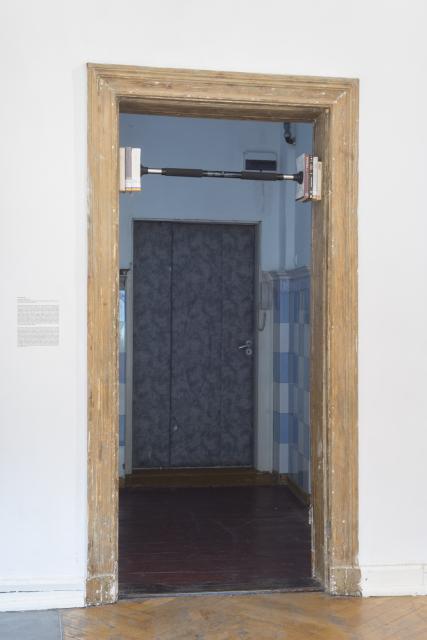Lech Nienartowicz,Hommage à Joaquin Garcia, 2016, instalacja ready-made, metalowy drążek, książki Barucha Spinozy. Fot. Tytus Szabelski