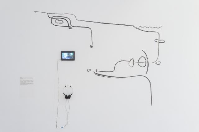 Zuzanna Larysz, Przemierzam przemęczone w umyśle zasoby snu, 2016, video 9'35'', rysunek (węgiel drzewny z Trzebuni koło Krakowa). Fot. Tytus Szabelski