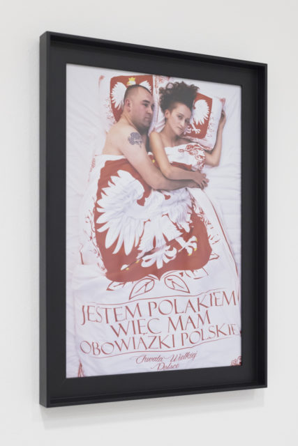 Liliana Piskorska, Autoportret z pożyczonym mężczyzną aka Jestem Polakiem więc mam obowiązki polskie, 2016, fotografia cyfrowa, 30x45 cm. Fot. Tytus Szabelski