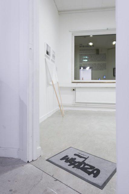 Piotr Bujak, bez tytułu, 2016, obiekt/wycieraczka, nadruk cyfrowy, 40x60 cm | untitled, 2016, object/doormat, digital printing, 40x60 cm. Fot. Tytus Szabelski